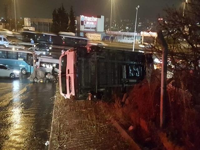 Esenyurt'ta işçi servisi devrildi: 6 yaralı