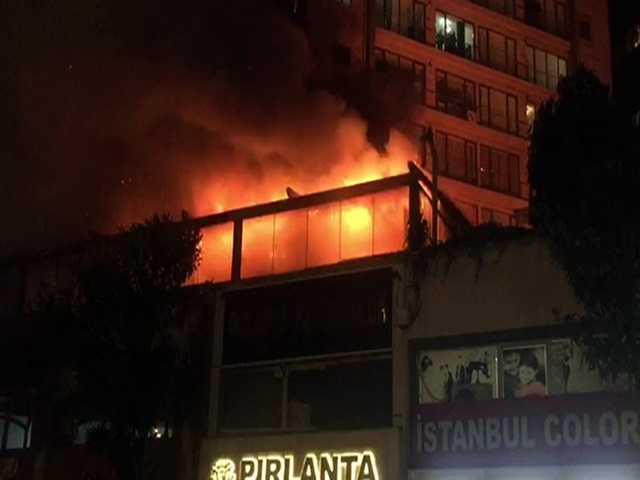 Esenyurt'ta bir nargile kafenin çatısı alev alev yandı
