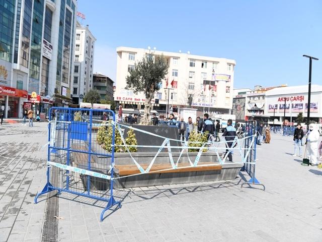Esenyurt'ta Meydanlarda banklara güvenlik şeridi çekildi