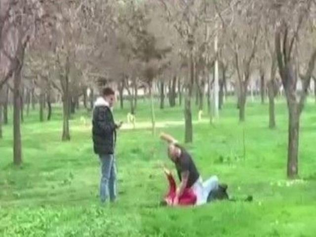 İnternetten tanıştığı kızla buluşacağını sandı, dayak yedi! Biri dövdü, diğeri kaydetti