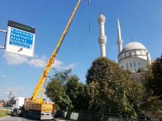 Avcılar'da yıkılan minarenin geri kalan kısmı kaldırılıyor