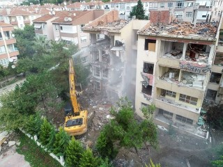 Büyükçekmece'de riskli binaların yıkımı başlandı