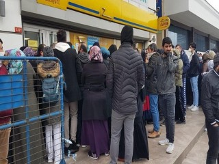 Esenyurt'ta PTT önünde 'sosyal yardım' izdihamı