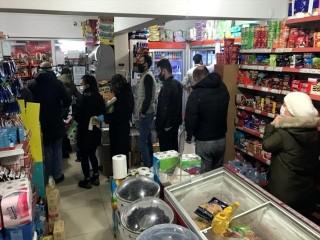 Sokağa çıkma yasağı sonrası Esenyurt'ta marketlerde yoğunluk yaşandı