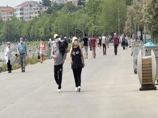 65 yaş üstü vatandaşlar, Avcılar Sahili'ne giderek güneşlendi