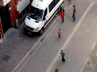 Esenyurt'ta çocukların sokaktaki oyununu polis sireni bitirdi