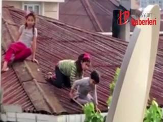 Binanın çatısında dut toplayan çocuklar yürekleri ağızlara getirdi