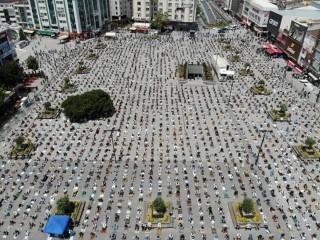 Esenyurt Meydanı'nda binlerce kişi cuma namazında buluştu