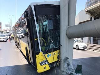 Beylikdüzü'nde metrobüs köprüye çarptı!