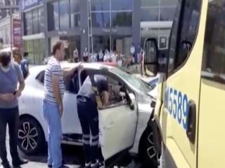 Esenyurt'ta minibüs ile otomobil çarpıştı!