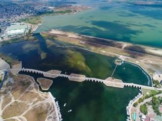Büyükçekmece Gölü'nde korkutan görüntü