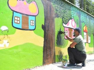 Esenyurt'ta parkların duvarları çocuklar için renklendiriliyor