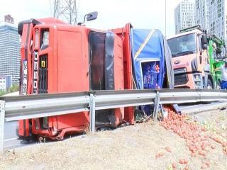 Esenyurt'ta domates yüklü kamyon devrildi