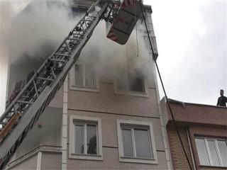 Esenyurt'ta 4'üncü kattaki daire alev alev yandı