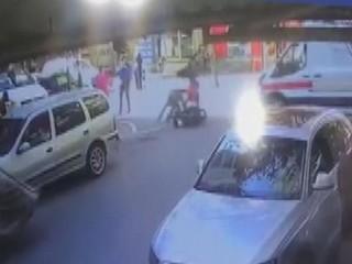 Esenyurt'ta ambulansla motosiklet çarpıştı