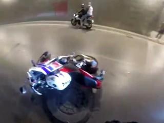 Esenyurt'ta motosikletli sürücü iki otobüsün arasında kaldı