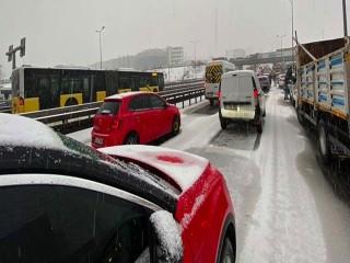 Beylikdüzü E-5'te kar nedeniyle trafik durdu