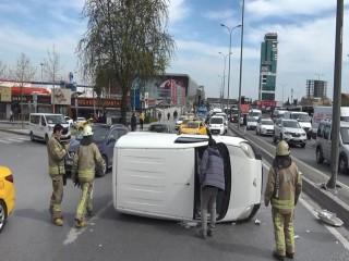 Esenyurt'ta elektrik direğine çarpan araç takla attı