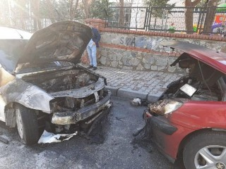 Esenyurt'ta İki Otomobil Yanarak Kullanılmaz Hale Geldi