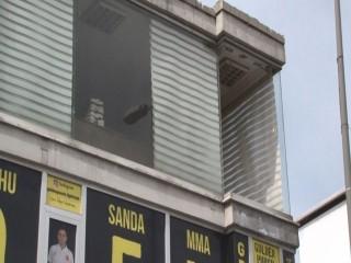 Esenyurt'ta yürürken 2'nci kattan başına cam düştü