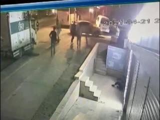 Esenyurt'ta Afganlılar bir kişiyi sırtından bıçaklayıp kaldırımdan attılar
