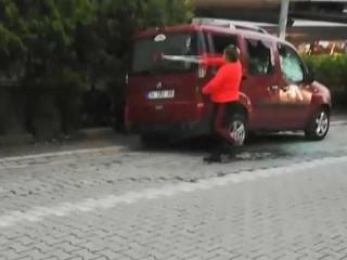 Esenyurt'ta arkadaşı bıçaklanan kadın öfkesini araçtan çıkardı