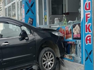 Silivri'de Otomobilin hâkimiyetini kaybetti, yufkacıya daldı