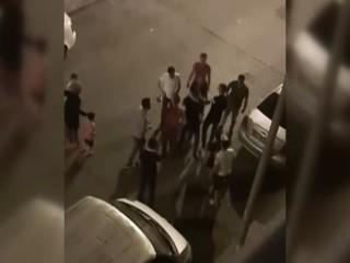 Esenyurt'ta eşine şiddet uygulayan adam tepkiler gelince eşinin arkasına saklandı