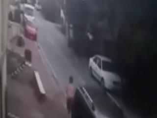 Esenyurt'ta arabasına giren hırsızı yarı çıplak kovaladı