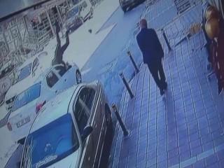 Esenyurt'ta Aracın Çarptığı Berber Metrelerce İleri Fırladı