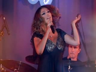 Şarkıcı İzel'in muhteşem dönüşü!