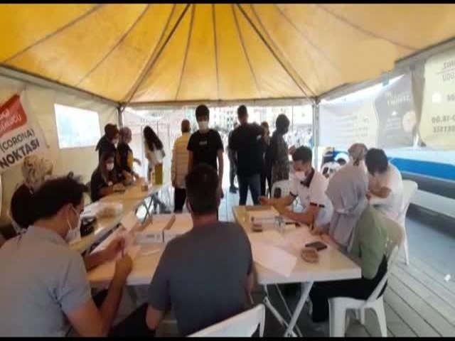 Esenyurt Meydanı'na kurulan randevusuz aşı çadırı ilgi gördü.
